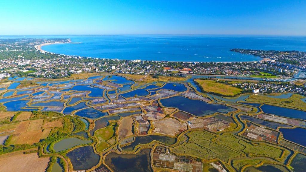 Vue aérienne des marais salants de Guérande et de La Baule